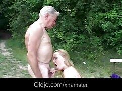 Dulce y sexo con señoras casadas en el baño de rodillas